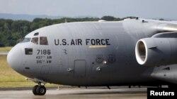 Германиядағы Рамштайн әуе базасында тұрған АҚШ-тың С-17 транспорт ұшағы (Көрнекі сурет).