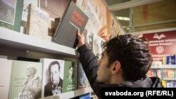 Арамаіс Мірак'ян на Менскім кніжным кірмашы