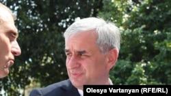 Празднование победы Рауля Хаджимба происходило на площади, носящей имя второго абхазского лидера Сергея Багапш, которому в 2004 году он проиграл на выборах, после чего ушел в оппозицию, которую возглавлял до последнего времени