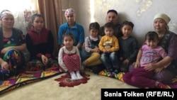 Родители погибшего 16 декабря в Жанаозене Аманбека Турганбаева вместе со своми внуками. Жанаозен, 16 декабря 2016 года.