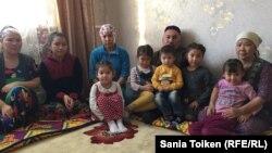 2011 жылғы желтоқсанның 16-сында Жаңаөзен оқиғасында оқ тиіп қаза болған Аманбек Тұрғанбаевтың ата-анасы немерелерімен бірге. Жаңаөзен, 16 желтоқсан 2016 жыл.