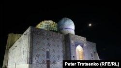 Мавзолей Ходжи Ахмеда Ясави ночью. Туркестан, 21 августа 2018 года.