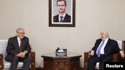 Перед зустріччю з Башаром Асадом (на портреті) Лахдар Брагімі (л) провів переговори з міністром закордонних справ Сирії Валідом аль-Муаллемом (п)