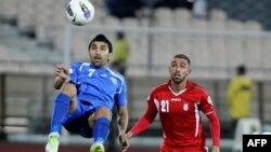 اشکان دژآگه (راست) در بازی مقابل ازبکستان در مسابقات انتخابی جام جهانی