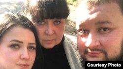 Роман Сарычев с сестрой и мамой Еленой Янченко (в центре)