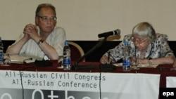 В президиуме конференции - старейшие российские правозащитники Сергей Ковалев и Людмила Алексеева