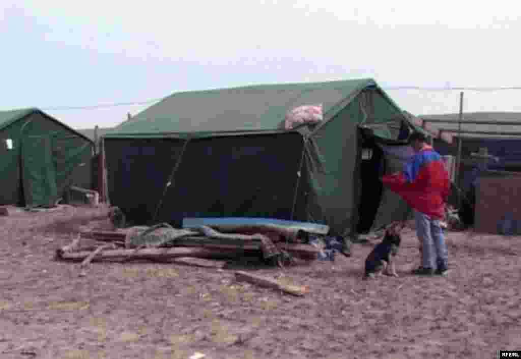 Походная палатка, в которой устроились пострадавшие от наводнения жители села Кызылагаш. В селе, состоявшем из 465 дворов, в которых проживали свыше двух тысяч человек, в результате наводнения было уничтожено 80 процентов дворов.
