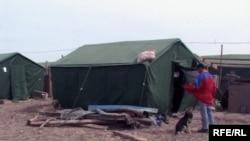 Походная палатка, в которой живут пострадавшие от наводнения жители поселка Кызылагаш.