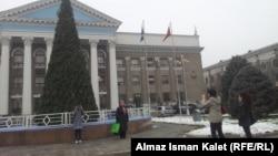 Новогодняя елка перед зданием мэрии, Бишкек, 11 декабря 2012 года.