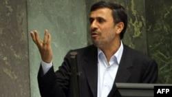 الرئيس الايراني اثناء استجوابه من قبل البرلمان
