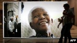 Огромный плакат с изображением Нельсона Манделы в Гражданском центре Кейптауна. ЮАР, 27 июня 2013 года.