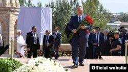 Қазақстан президенті Нұрсұлтан Назарбаев Өзбекстанның қайтыс болған президенті Ислам Каримовтың басына гүл қою рәсімінде. Самарқанд, 12 қыркүйек 2016 жыл. (Ақорда сайтынан алынған сурет)