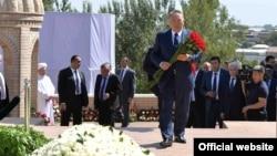 Президент Казахстана Нурсултан Назарбаев с цветами у могилы первого президента Узбекистана Ислама Каримова. Самарканд, 12 сентября 2016 года.
