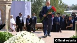 Президент Казахстана Нурсултан Назарбаев возлагает цветы к могиле Ислама Каримова в Самарканде. 12 сентября 2016 года.