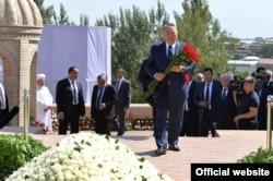Президент Казахстана Нурсултан Назарбаев возлагает цветы к могиле Ислама Каримова. Самарканд, 12 сентября 2016 года.