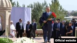 Қазақстан президенті Нұрсұлтан Назарбаев Өзбекстанның қайтыс болған президенті Ислам Каримовтің басына гүл қою рәсімінде. Самарқан, 12 қыркүйек 2016 жыл.
