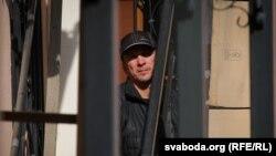 Чалавек схаваўся ад перасьледу сілавікоў на тэрыторыі амбасады Швэцыі ў Менску. 11 верасьня.