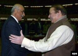 د اپوزیشن مشر خورشید شاه له پخواني پاکستاني وزیر اعظم نواز شریف سره روغبړ کوي