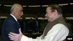 د پاکستان وزیر اعظم نواز شریف د پیپلز ګوند پارلماني مشر خورشید شاه سره روغبړ کوي