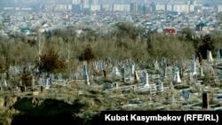 Бишкектеги көрүстөндөрдүн бири.