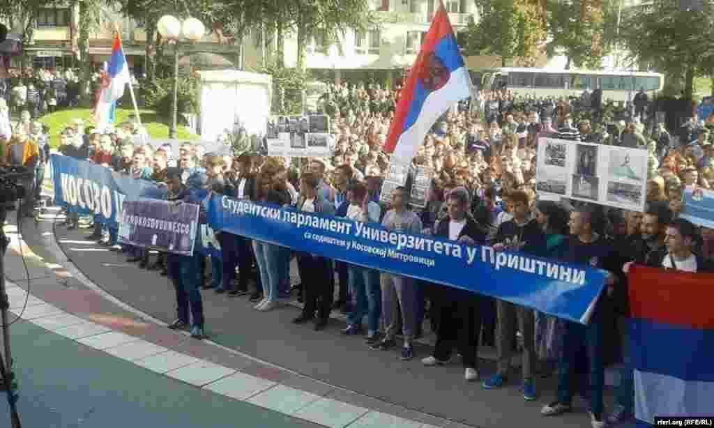 Демонстрация сербов в городе Северная Митровица против вступления Косова в ЮНЕСКО. Конец октября 2015 года.