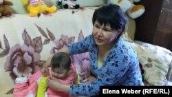 Ирина Онищенко кішкентай баласымен бірге Теміртаудағы дағдарыс орталығында отыр.