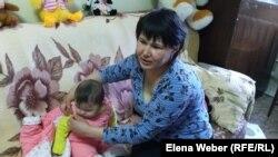 Ирина Онищенко с младшим ребенком в кризисном центре города Темиртау, который предоставил ей временное жилье.