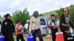 Суриядан Туркия ҳудудига қочиб ўтган суриялик аёллар, 2011 йил 13 июн