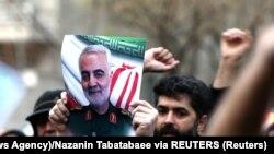 Иранские демонстранты во время акции протеста против убийства иранского генерала Касема Сулеймани, лидера элитного спецподразделеня Корпуса стражей исламской революции.
