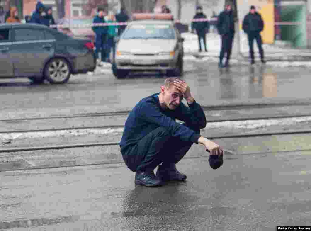 РУСИЈА - Најмалку 56 лица загинаа во пожарот кој избувна во трговски центар во сибирскиот град Кемеровo. Бројката на жртви, според руските власти, се очекува да расте бидејќи спасувачките екипи се уште се обидуваат да стигнат до најгорните катови на шопинг центарот, но тоа им е отежнато бидејќи се урнал кровот на објектот.