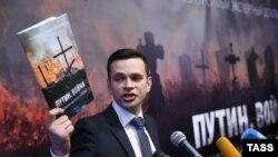 """Ilia Iașin, activistul al opoziției din Rusia, la prezentarea raportului """"Putin. Război"""", 12 mai 2015"""