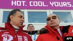 Министр спорта России Виталий Мутко (слева) и президент России Владимир Путин на Олимпийских играх в Сочи. 16 февраля 2014 года.
