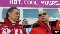 Президент Росії Володимир Путін (п) і тодішній міністр спорту Росії Віталій Мутко на змаганнях Олімпіади в Сочі, лютий 2014 року