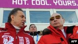 Володимир Путін (п) на Олімпійських іграх 2014 року в Сочі, під час яких, за даними розслідувань, росіяни масово фальсифікували допінг-проби