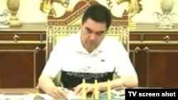 Türkmenistanyň döwlet telewideniýesi dynç alyşdaky Berdimuhamedowy görkezdi.