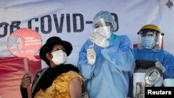 Një qytetare në Peru duke u vaksinuar kundër koronavirusit.