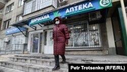 Женщина возле аптеки в Алматы. 9 декабря 2020 года.