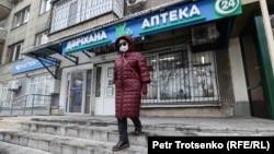 Женщина выходит из аптеки. Алматы, 9 декабря 2020 года.