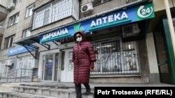 Женщина на выходе из аптеки. Иллюстративное фото.