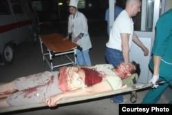 Қастандық жасалған түні журналист Лұқпан Ахмедьяровты жедел жәрдеммен ауруханаға жеткізді. Орал, 19 сәуір 2012 жыл.