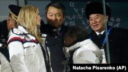 Հարավային Կորեա - ԱՄՆ նախագահի դուստրը՝ Իվանկա Թրամփը և Հյուսիսային Կորեայի պատվիրակության ղեկավար Կիմ Յոնգ Չոլը Փհենչհանի Օլիմպիական խաղերի փակման արարողությանը, 25-ը փետրվարի, 2018թ․