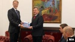 Евроамбасадорот Аиов Орав му го презентира извештајот на ЕК за напредокот на Македонија на претседателот Ѓорге Иванов во Скопје.