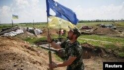 Українськй військовй на позиціях біля Мар'їнки