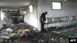 یکی از نیروهای امنیتی حماس درحال بازرسی از محل انفجاری است که روز پانزدهم ژوییه در منطقه شجاعیه غزه رخ داد. (عکس: AFP)
