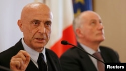 იტალიის შინაგან საქმეთა მინისტრი მარკო მინიტი (მარცხნივ)