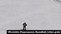 Скриншот видео, запечатлевшего момент до самосожжения (и позже сам акт самосожжения) Дмитрия Рудова в городе Ишимбай 15 января 2018 года.