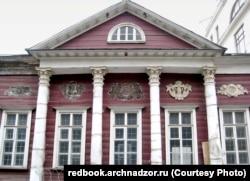 """Городская усадьба дворян Сытиных. Дом пережил пожар 1812 года. Несколько лет пустует, что опасно для деревянного памятника. С фасада исчезла часть лепнины. Из """"Красной книги"""" """"Архнадзора"""""""