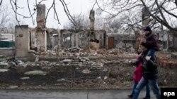 Разрушенный поселок в окрестностях Дебальцево