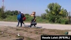 Izbeglice idu prugom do graničnog prelaza sa Mađarskom