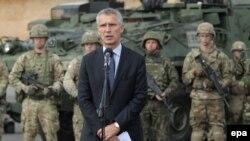 Єнс Столтенберґ виступає після зустрічі з бійцями батальйонної бойової групи НАТО на полігоні біля Ожиша, 25 серпня 2017 року